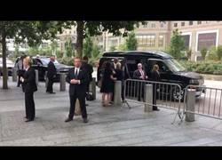 Enlace a Hillary Clinton se desmaya en los actos del 11-S