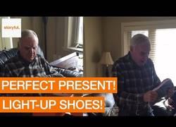 Enlace a La genial reacción de este hombre al recibir estas zapatillas con sorpresa para su cumpleaños