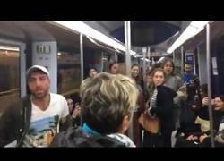Enlace a Los pasajeros del metro de Madrid enloquecen cantando la canción La Bicicleta de Shakira