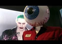 Enlace a El vestuario original de la película SUICIDE SQUAD y BATMAN expuesto en un museo