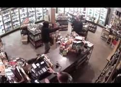 Enlace a Al dueño de esta tienda no le dio nada de miedo que entrase un ladrón a robar