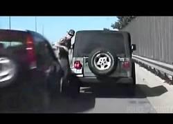 Enlace a [Abstenerse sensibles] Una conductora ebria se lleva por delante a un policía de tráfico