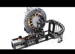 Enlace a El ingenioso mecanismo con piezas de LEGO para transportar bolas