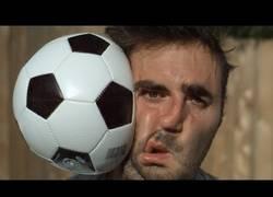 Enlace a El impacto de un balón de fútbol en super slow motion
