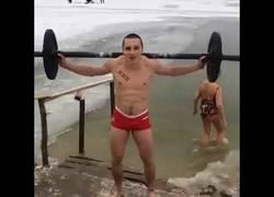 Enlace a El típico ejercicio para empezar a calentar por las mañanas en Rusia