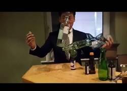 Enlace a ¿Podrá este hombre crear una torre de forma increíble con estas botellas?