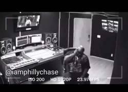 Enlace a BRUTAL: A este rapero estadounidense le explota el móvil en la cara mientras hablaba y cae al suelo