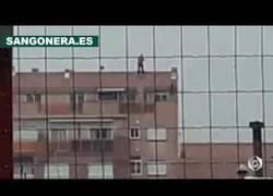 Enlace a Una persona muy loca se cuelga del tejado en plena tormenta