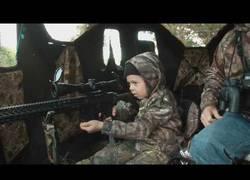 Enlace a La felicidad de esta niña al matar su primer ciervo acompañada de su padre