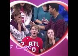 Enlace a Fail total en este Kiss Cam donde le va a proponer matrimonio y todo sale fatal...