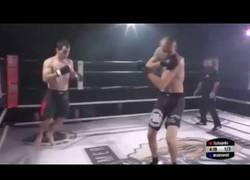 Enlace a La gran deportividad de este luchador al haberse dislocado el hombro su rival