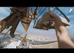 Enlace a James Kingston sube a unas enormes grúas a gran altura que te marearás del vértigo