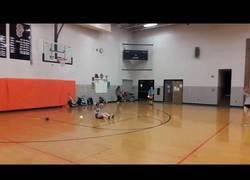 Enlace a Jugando al dodgeball con unas pelotas de softball