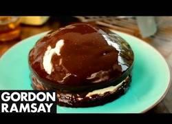 Enlace a Gordon Ramsay nos narra una relación íntima con un pastel de chocolate delicioso
