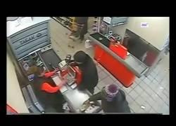 Enlace a Y así de fácil espantan a un ladrón en un supermercado de Rusia
