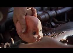 Enlace a Grupo de aborígenes de Australia encuentra un coche oxidado y consiguen ponerlo en marcha