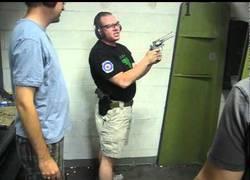 Enlace a Y este es el profesor patoso que te encuentras en Las Vegas para enseñarte a disparar
