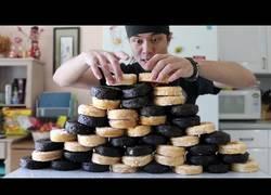 Enlace a El reto de los 50 donut. ¿En cuánto tiempo puede ingerir 12.000 calorías de dulces?
