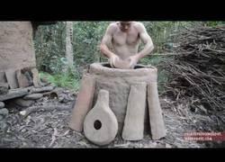 Enlace a ¡Nuestro amigo primitivo esta de vuelta! Empieza a crear jarrones de cerámica con un horno