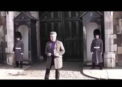 Enlace a Un miembro de la Guardia Real Británica se enfada con un turista por bailar en frente de él