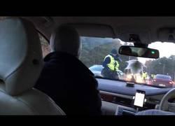 Enlace a No se dan cuenta que el volante está a la derecha y le hacen la prueba de alcoholemia al copiloto