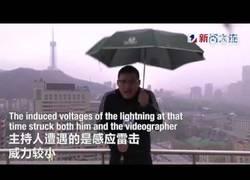 Enlace a TREMENDO: Le cae un rayo encima mientras da las noticias del tiempo en China