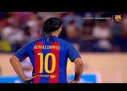 Enlace a Ronaldinho vuelve al Barça de leyendas haciendo magia