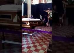 Enlace a Captan el momento exacto en la que una escultura de Cristo mueve la cabeza en una misa