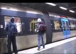 Enlace a La banda organizada que limpia los graffitis de los trenes
