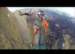 Enlace a Esta mujer rusa se lanza en paracaídas desde una gran altura