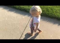 Enlace a La niña que intentaba alejar su sombra