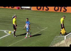 Enlace a Este árbitro le muestra la roja directa a su asistente en pleno partido tras lo que le ocurre