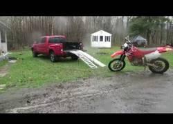 Enlace a Intenta subir la moto a la camioneta y se lleva el tortazo de su vida