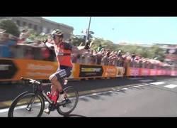 Enlace a Ridículo monumental de este ciclista celebrando la victoria cuando faltaba aún una vuelta