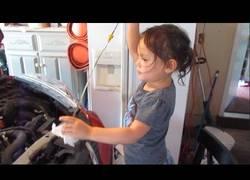 Enlace a La niña de tres años que nos enseña como cambiar el aceite al coche