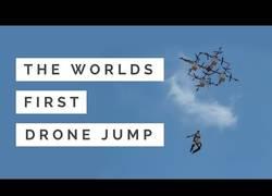 Enlace a ¡Por primera vez! Salto en paracaídas desde un dron