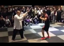 Enlace a El luchador de MMA que está derrotando a todos los maestros de artes marciales