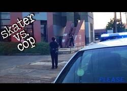 Enlace a Esta oficial de policía recibe una clase de skater tras ver su habilidad en plena calle
