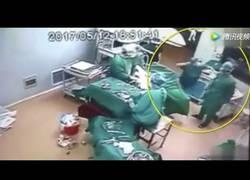 Enlace a Dos médicos terminan a puñetazos en pleno quirófano en mitad de una operación
