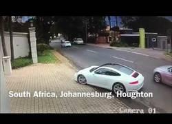 Enlace a Intentan robarle el Porsche pero su reacción es mega rápida