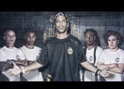 Enlace a Ronaldinho ha reclutado este equipo con los mejores malabaristas del balón para hacer un equipo