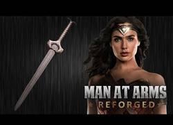 Enlace a Forjando la famosa espada de Wonder Woman