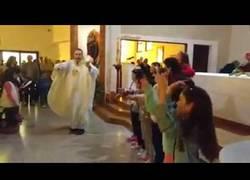 Enlace a Este sacerdote anima a toda su iglesia al ritmo de