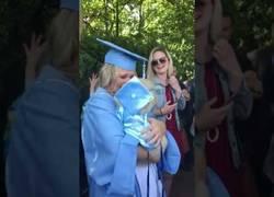 Enlace a La gran emoción de esta chica al recibir un gran regalo el día de su graduación