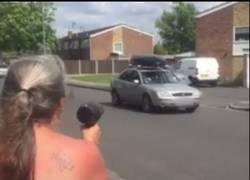 Enlace a Esta mujer ha encontrado la forma para que los coches reduzcan la velocidad en su calle
