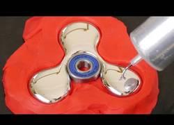 Enlace a Creando un fidget spinner simplemente con plastilina y metal líquido