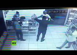 Enlace a Roba una gasolinera con cuatro policías dentro
