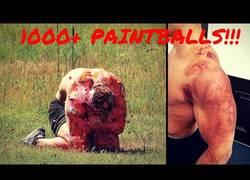 Enlace a Le disparan al cuerpo 1000 bolas de paintball y queda así su cuerpo