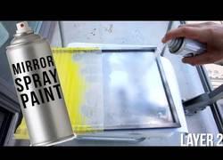 Enlace a Este tío convierte un cristal en un espejo simplemente pintando con un spray