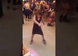 Enlace a Esta niña se la saca completamente en la sala de baile